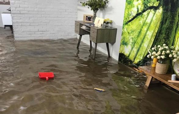 Đường phố Hà Nội ngập nặng sau trận mưa lớn nhất từ đầu năm - Ảnh 9.
