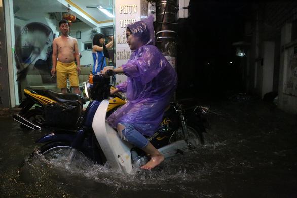Đường phố Hà Nội ngập nặng sau trận mưa lớn nhất từ đầu năm - Ảnh 6.