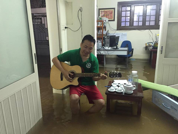 Đường phố Hà Nội ngập nặng sau trận mưa lớn nhất từ đầu năm - Ảnh 10.