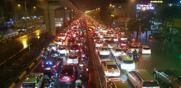 Đường phố Hà Nội ngập nặng sau trận mưa lớn nhất từ đầu năm - Ảnh 16.