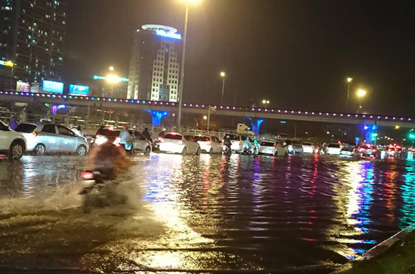 Đường phố Hà Nội ngập nặng sau trận mưa lớn nhất từ đầu năm - Ảnh 13.