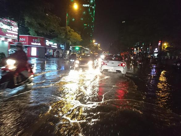 Đường phố Hà Nội ngập nặng sau trận mưa lớn nhất từ đầu năm - Ảnh 8.