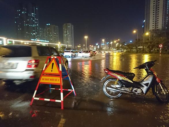 Đường phố Hà Nội ngập nặng sau trận mưa lớn nhất từ đầu năm - Ảnh 14.