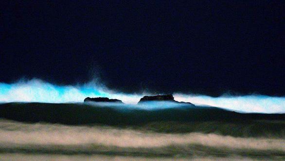 Đi canh sóng biển ma quái phát sáng trong đêm - Ảnh 4.