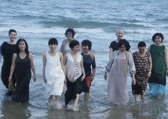 Ngày của mẹ, ngắm bộ ảnh vui sống của 10 bệnh nhân ung thư vú - Ảnh 1.