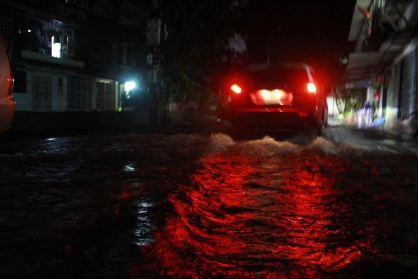Đường phố Hà Nội ngập nặng sau trận mưa lớn nhất từ đầu năm - Ảnh 7.