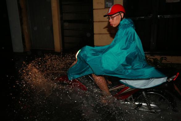 Đường phố Hà Nội ngập nặng sau trận mưa lớn nhất từ đầu năm - Ảnh 4.