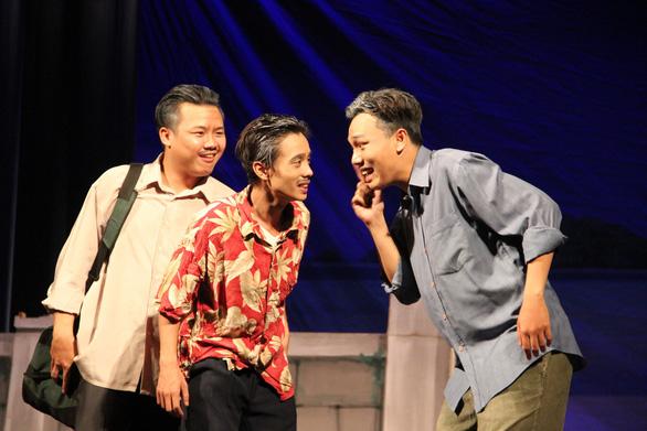 Hồng Vân truyền dạy cho nghệ sĩ trẻ học cách để làm sân khấu - Ảnh 4.