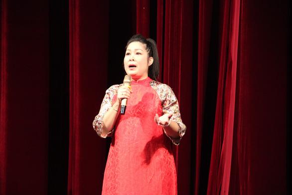 Hồng Vân truyền dạy cho nghệ sĩ trẻ học cách để làm sân khấu - Ảnh 3.