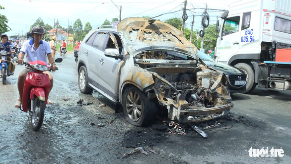 Ôtô 7 chỗ mất côn rồi bốc cháy khi đang chạy - Ảnh 1.
