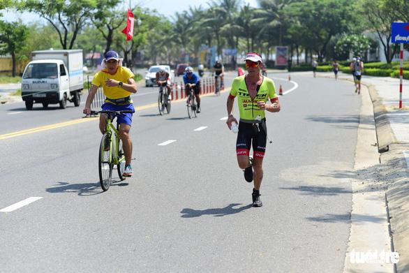 Những người sắt tranh tài tại Ironman lần 4 - Ảnh 9.