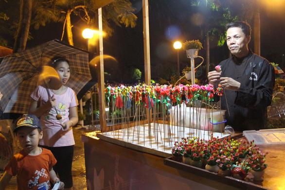 Người nặn tò he trên phố đi bộ Trịnh Công Sơn - Ảnh 1.