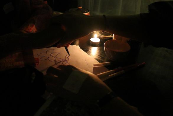 Quán trà tắt… đèn, ngồi nghe chuyện của nhau - Ảnh 1.