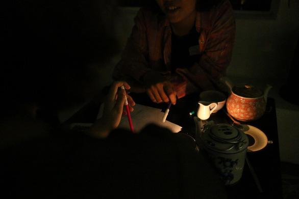 Quán trà tắt… đèn, ngồi nghe chuyện của nhau - Ảnh 2.