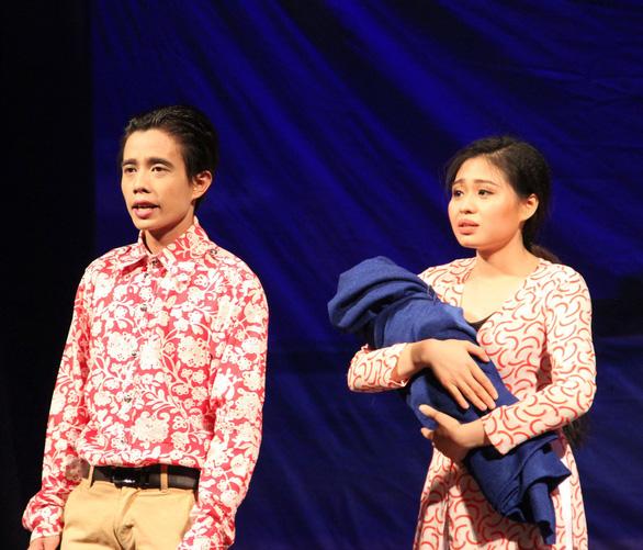 Hồng Vân truyền dạy cho nghệ sĩ trẻ học cách để làm sân khấu - Ảnh 1.