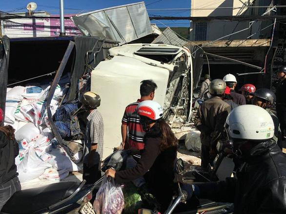 Xe tải tông hàng loạt xe trên quốc lộ 20, 5 người chết - Ảnh 2.