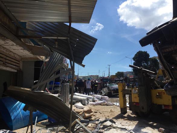 Xe tải tông hàng loạt xe trên quốc lộ 20, 5 người chết - Ảnh 5.
