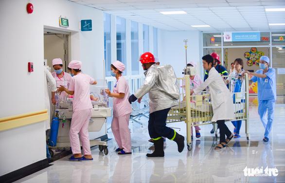 Diễn tập đưa lồng bệnh nhi thoát khỏi đám cháy bệnh viện - Ảnh 15.