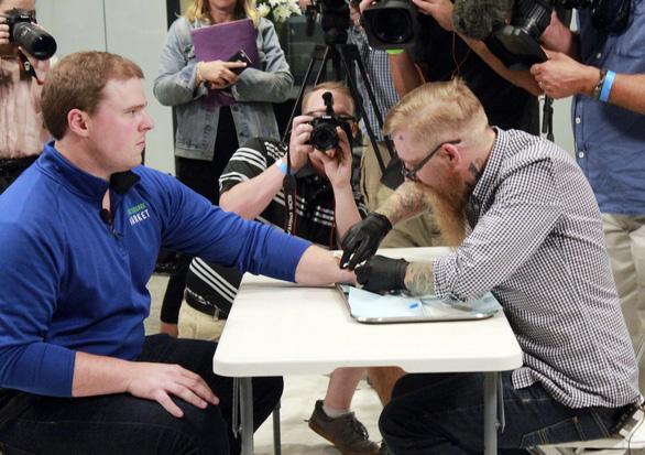 Người Thụy Điển cấy chip dưới da thay thẻ căn cước - Ảnh 1.
