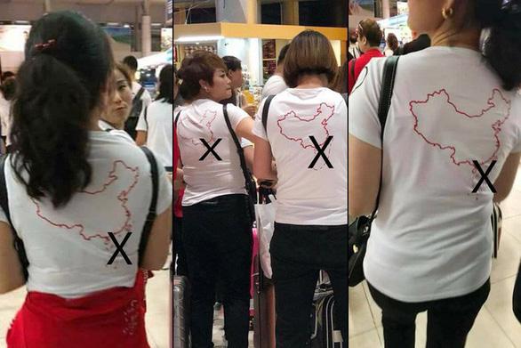 Khách Trung Quốc mặc áo lưỡi bò vào Việt Nam là hành vi có tổ chức - Ảnh 1.