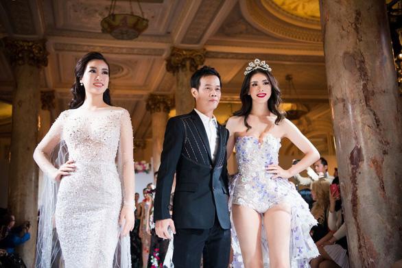 Nhã Phương, Mỹ Linh, Vũ Ngọc Anh trình diễn váy dạ hội ở Cannes - Ảnh 1.
