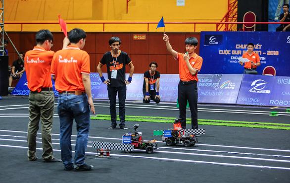 Trường ĐH Công nghệ vô địch cuộc thi lập trình xe tự hành - Ảnh 2.