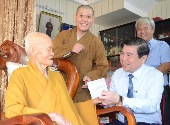 Lãnh đạo TP.HCM thăm, chúc mừng đại lễ Phật đản các cơ sở tôn giáo - Ảnh 2.