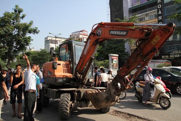 Hà Nội phá dỡ loạt nhà hàng sang chiếm đất mương cống hóa - Ảnh 2.
