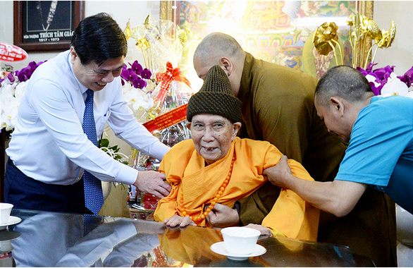 Lãnh đạo TP.HCM thăm, chúc mừng đại lễ Phật đản các cơ sở tôn giáo - Ảnh 1.