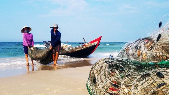 Biển đã sạch sau sự cố Formosa, ngư dân vẫn còn lo - Ảnh 1.