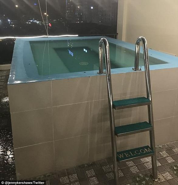 Đặt phòng qua booking, du khách té ngửa hồ bơi chỉ là hồ cá - Ảnh 3.