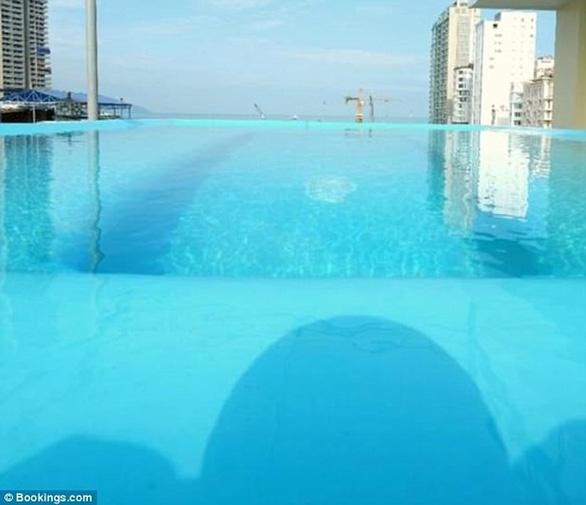 Đặt phòng qua booking, du khách té ngửa hồ bơi chỉ là hồ cá - Ảnh 2.