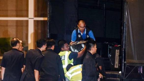 Thu giữ hàng chục bao tải tiền, trang sức tại nhà cựu thủ tướng Malaysia - Ảnh 1.