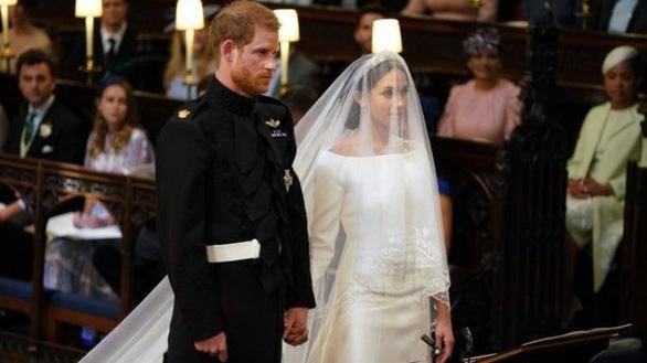Hoàng tử Harry và Meghan Markle hôn nhau trước nhà nguyện St George - Ảnh 5.