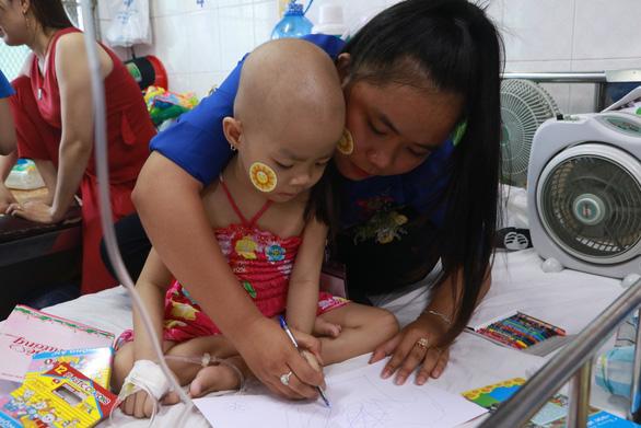 Đại biểu Thanh niên tiên tiến thăm bệnh nhi ung thư - Ảnh 1.
