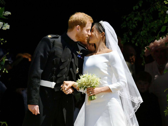 Hoàng tử Harry và Meghan Markle hôn nhau trước nhà nguyện St George - Ảnh 2.