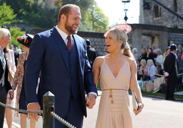 Hoàng tử Harry và Meghan Markle hôn nhau trước nhà nguyện St George - Ảnh 11.