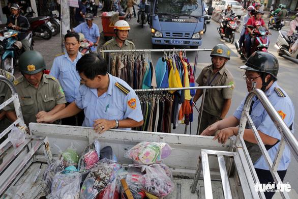 Phường trung tâm Sài Gòn dẹp vỉa hè sau thời gian im ắng - Ảnh 3.