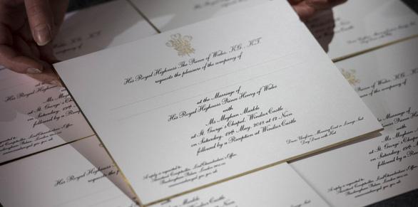 Mặc gì đi dự đám cưới Hoàng gia? - Ảnh 1.