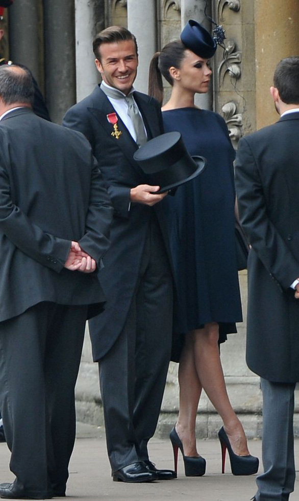 Mặc gì đi dự đám cưới Hoàng gia? - Ảnh 2.
