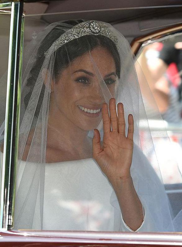 Meghan Markle diện váy cưới Givenchy trong đám cưới Hoàng gia - Ảnh 3.