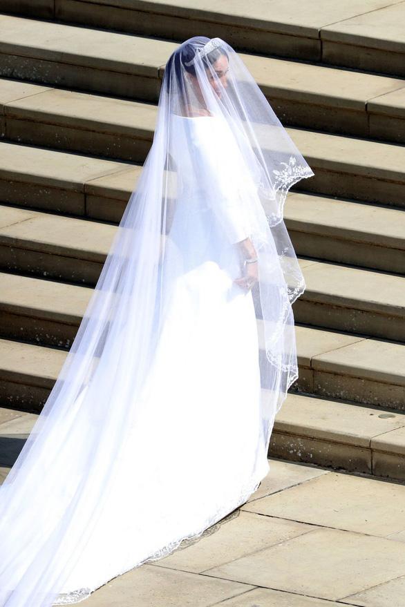 Meghan Markle diện váy cưới Givenchy trong đám cưới Hoàng gia - Ảnh 4.
