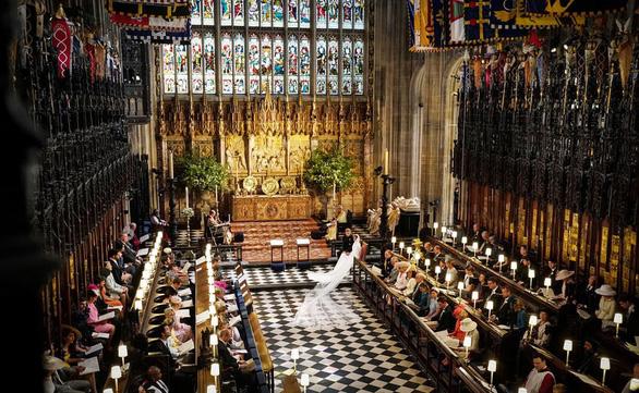 Những bức ảnh cảm động của đôi uyên ương hoàng gia trong thánh lễ - Ảnh 2.