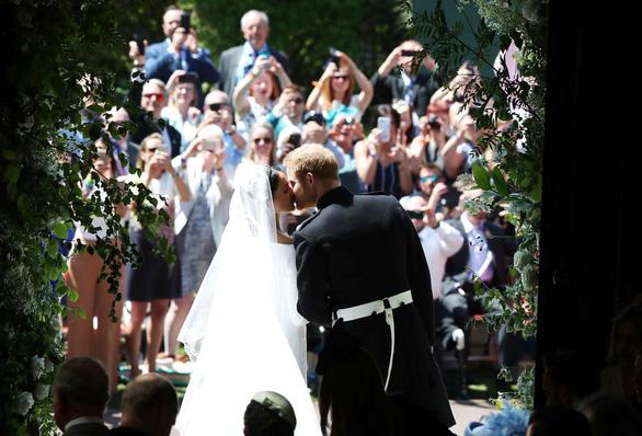 Những bức ảnh cảm động của đôi uyên ương hoàng gia trong thánh lễ - Ảnh 7.