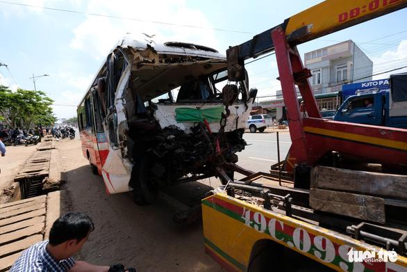 Xe khách Đà Lạt - TP.HCM đối đầu xe tải, 1 người chết - Ảnh 1.