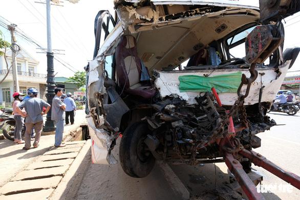 Xe khách Đà Lạt - TP.HCM đối đầu xe tải, 1 người chết - Ảnh 2.