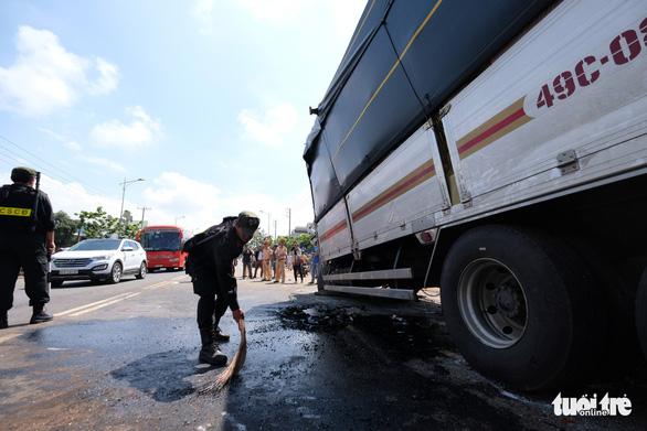 Xe khách Đà Lạt - TP.HCM đối đầu xe tải, 1 người chết - Ảnh 6.