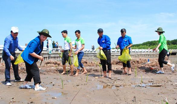 Chủ tịch Quốc hội cùng người dân trồng cây xanh ở Mũi Cà Mau - Ảnh 1.