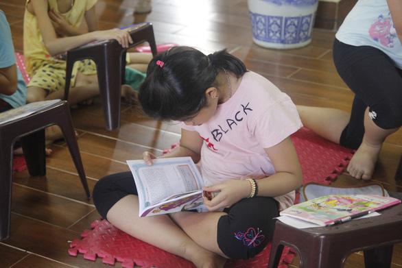 Cô gái giảng dạy tiếng Anh miễn phí ở chùa - Ảnh 3.