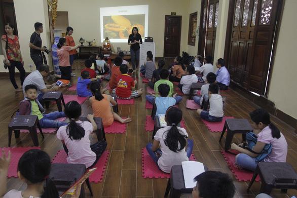 Cô gái giảng dạy tiếng Anh miễn phí ở chùa - Ảnh 2.